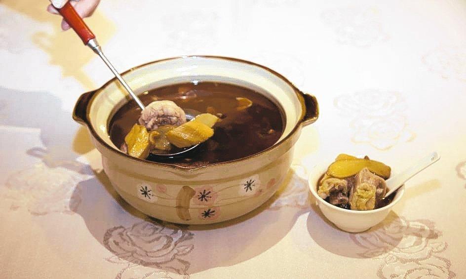 青青餐廳阿發師掌廚推出「老薑麻油美國雞湯」美味料理。 毛洪霖/攝影