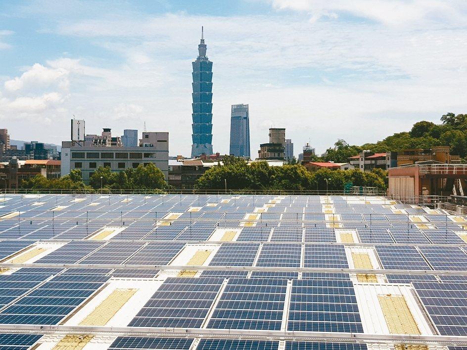 為了鼓勵太陽光電發展,經濟部預告2020年再生能源躉購費率,較2019年僅小降0...