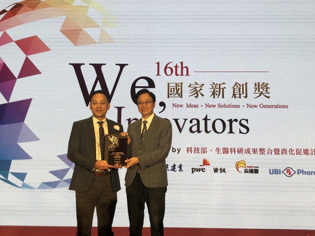 龍震宇教授(左)以「術後及產後陰道止血子宮托」獲獎。 高醫大/提供