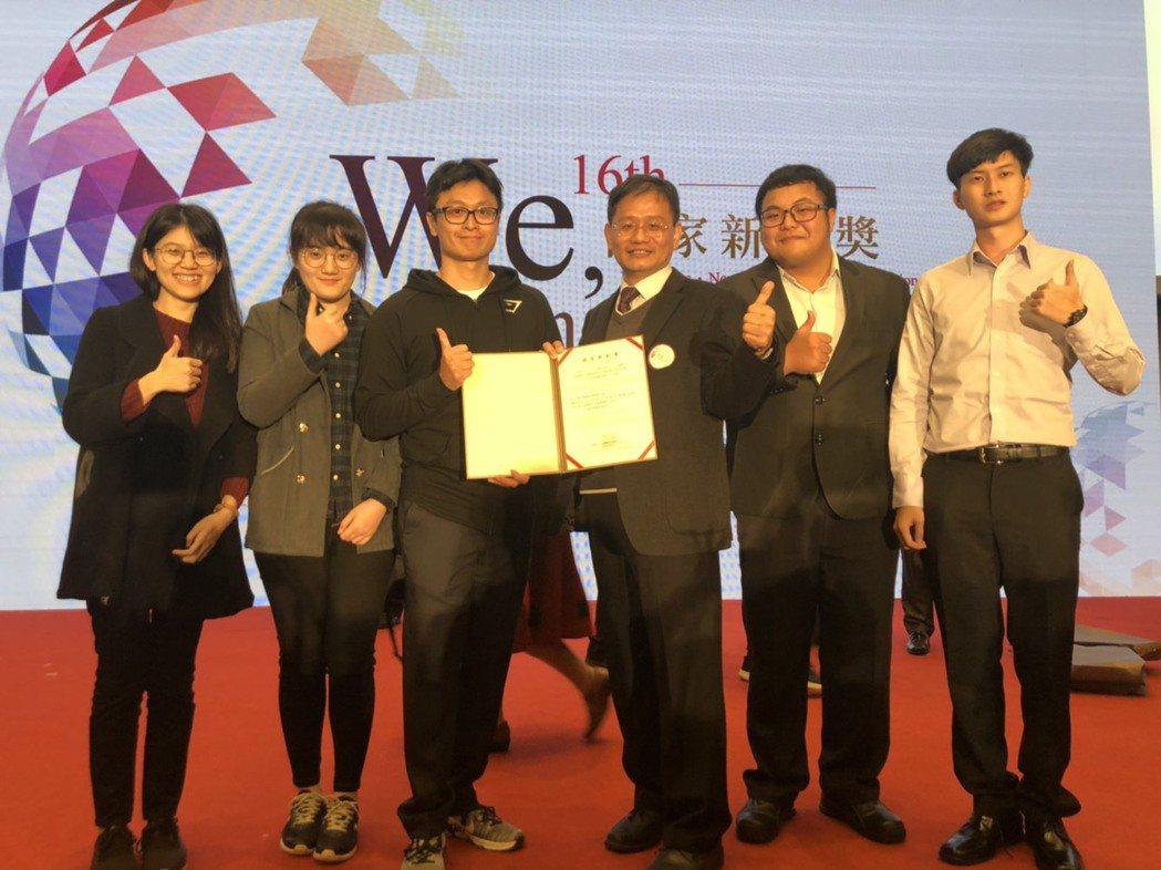 王志光教授團隊以「創新陶瓷積層製造技術」榮獲新創精進獎,左起團隊成員李之昀、李宜...
