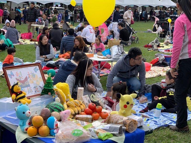 超過千名民眾在廣大草地上鋪上野餐墊,和家人朋友一同品嚐健康美味國產雜糧。 中華民...