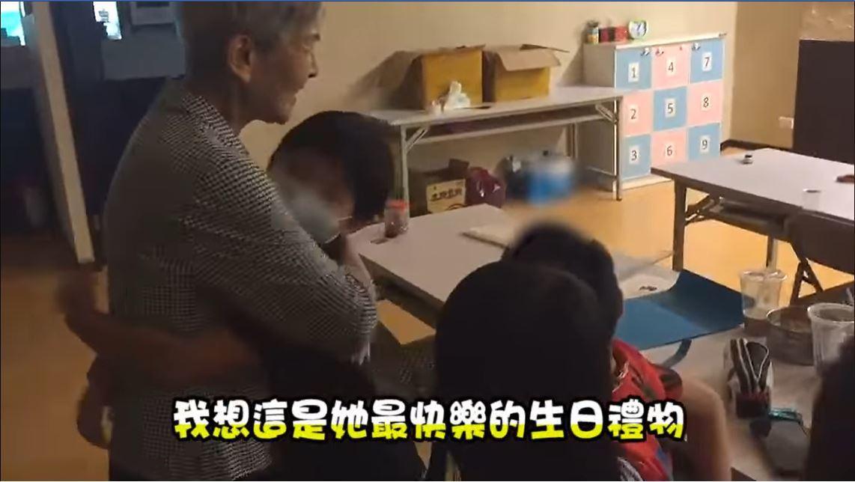 汐止一名獨居老婦先前每月僅2千生活費,後來她到課陪中心照顧弱勢家庭小朋友,靠己身...