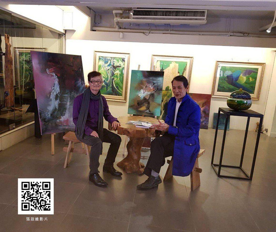 上古國際藝術當代館董事長李立民與藝術家張政維相談甚歡,交換意見。 上古藝術/提供