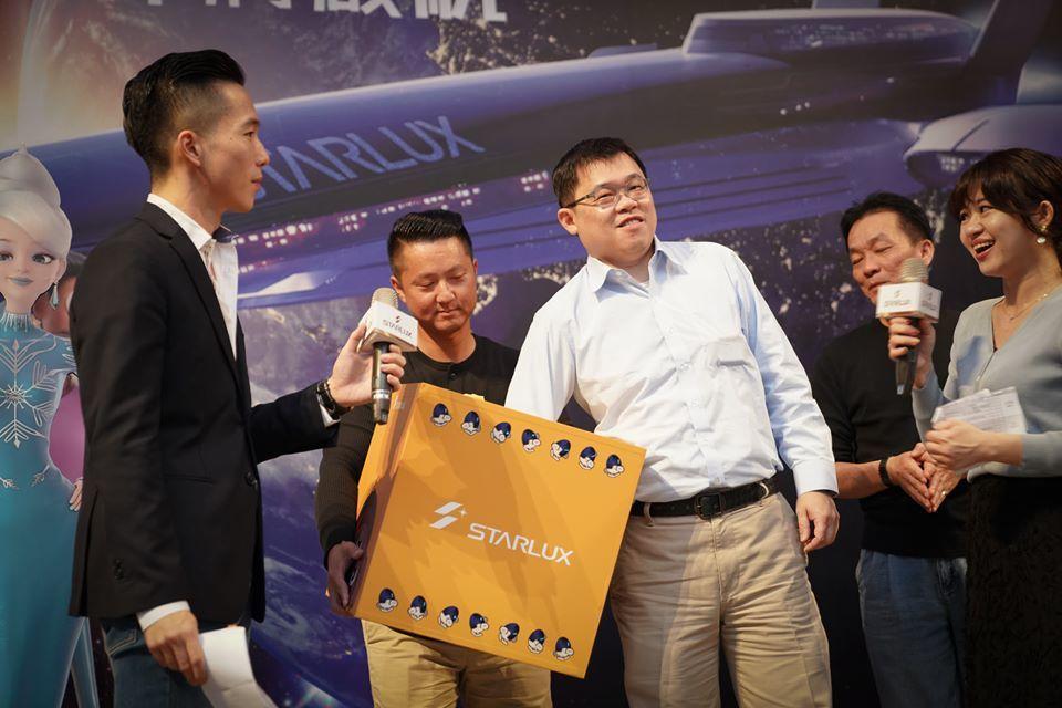 今年星宇航空尾牙,董事長張國煒抽出近300大獎。圖/取自星宇航空粉專