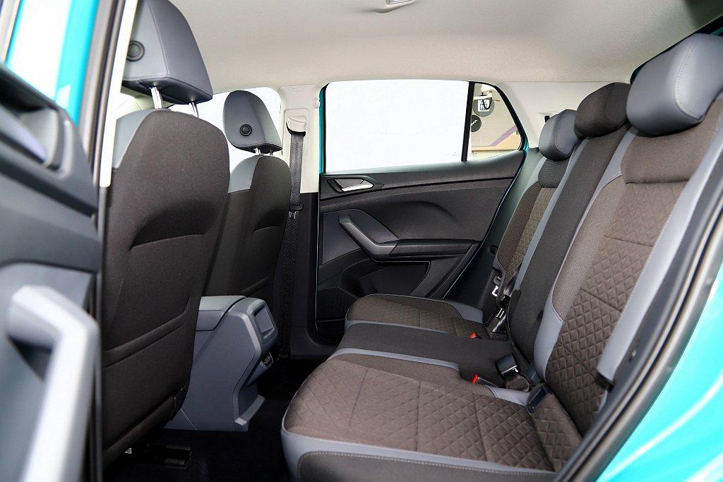 拜2,563mm級距設定,福斯T-Cross意外地提供前/後舒適、寬敞的乘坐品質...
