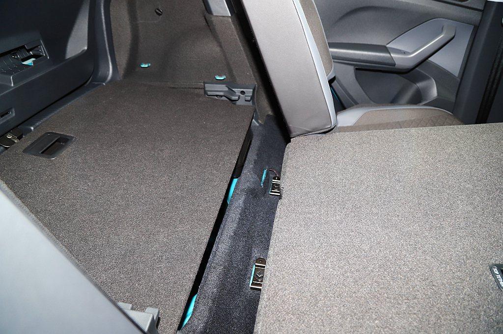 第二排座椅透過前滑移140mm方式,使後行李箱有著385-455L不等的容積變化...