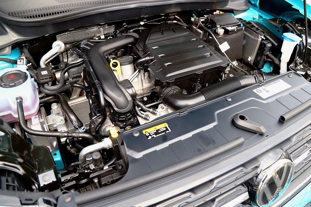 1.0L TSI直列三缸渦輪增壓引擎,可輸出最大馬力115hp、峰值扭力20.4...