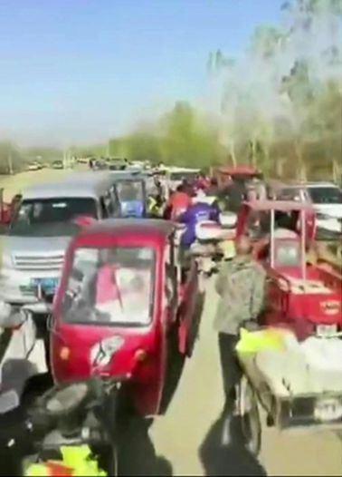警察來了,拉起警戒線,仍無法阻止大量人駕車前往。圖翻攝自微博