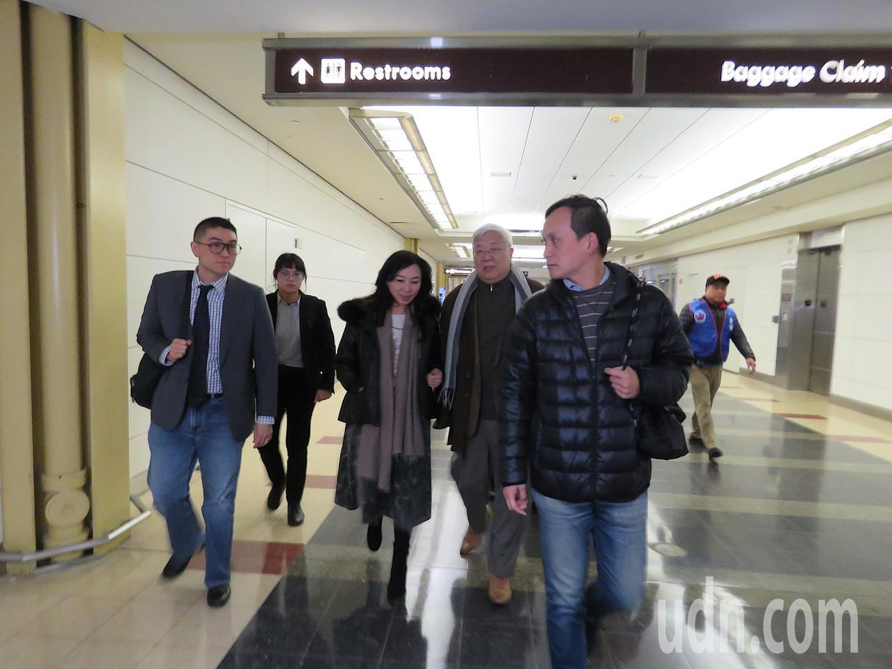 國民黨總統候選人韓國瑜妻子李佳芬(中)6日抵達美國華府。華盛頓記者張加/攝影