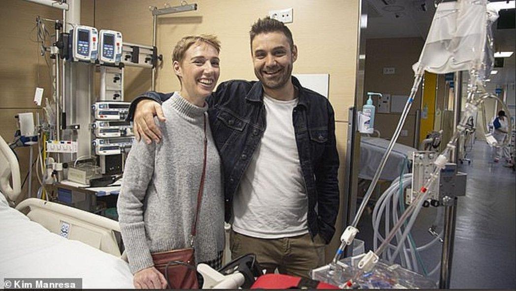 英國女子奧黛莉.舒曼和先生洛昂在病房合影。奧黛莉11月到西班牙庇里牛斯山區健行,...