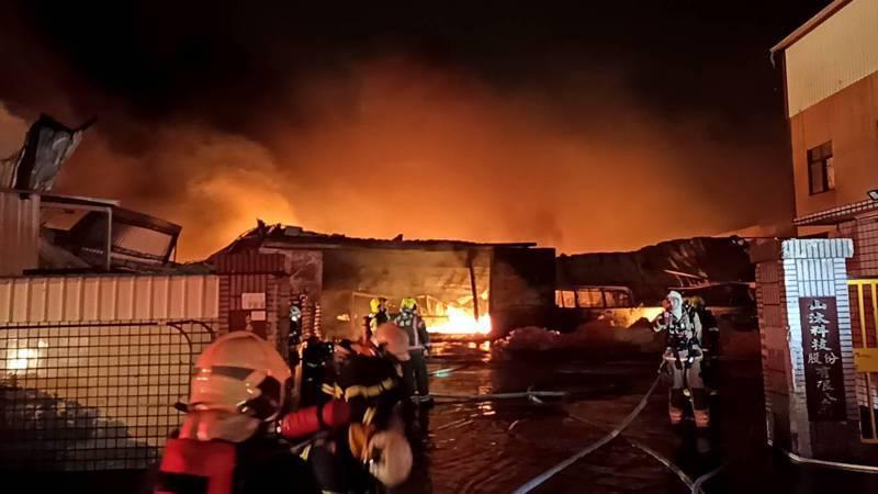 台南市永康工業區工廠大火,燃燒6個多小時冒出滾滾惡臭黑煙。圖/台南市消防局提供