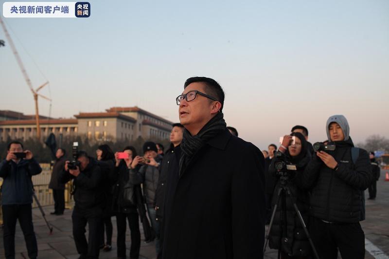 鄧炳強在天安門廣場觀看升旗儀式。央視截圖