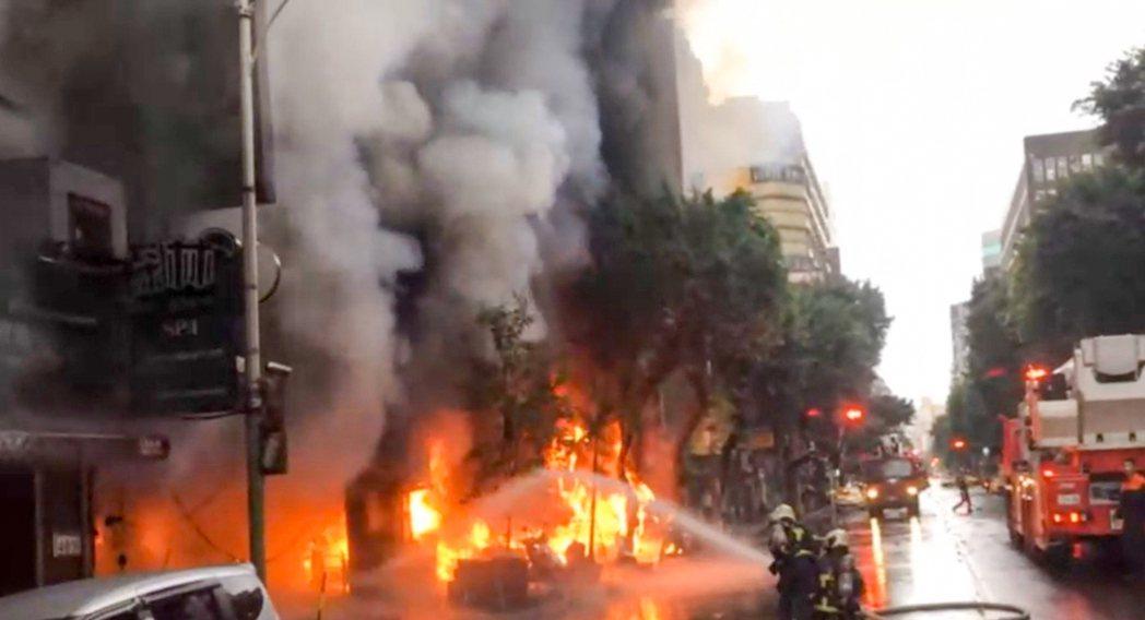 林森北路一棟12樓的住商混合大樓火警,3人嗆傷送醫。記者蔡翼謙/翻攝