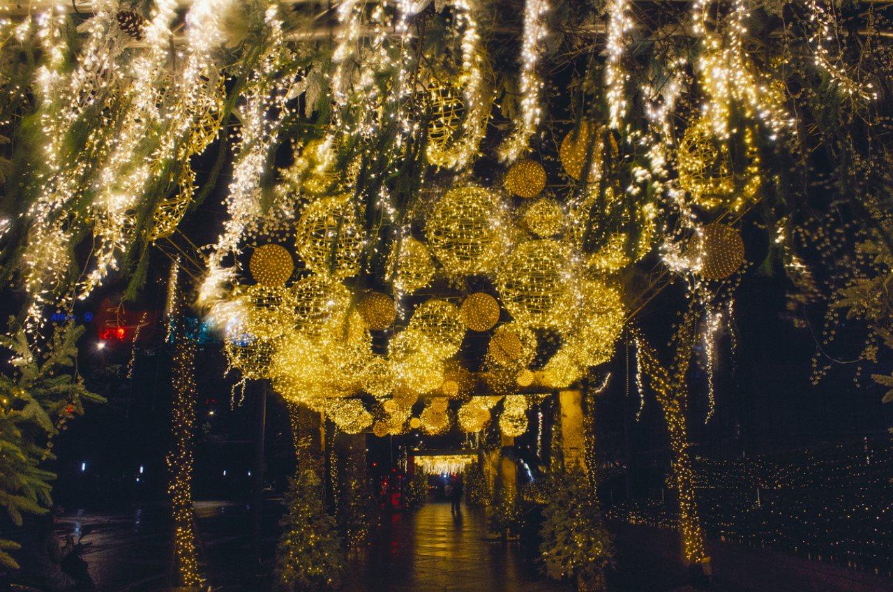 台北101以垂墜球形燈飾與耶誕樹戶外周邊廊道。圖/台北101提供