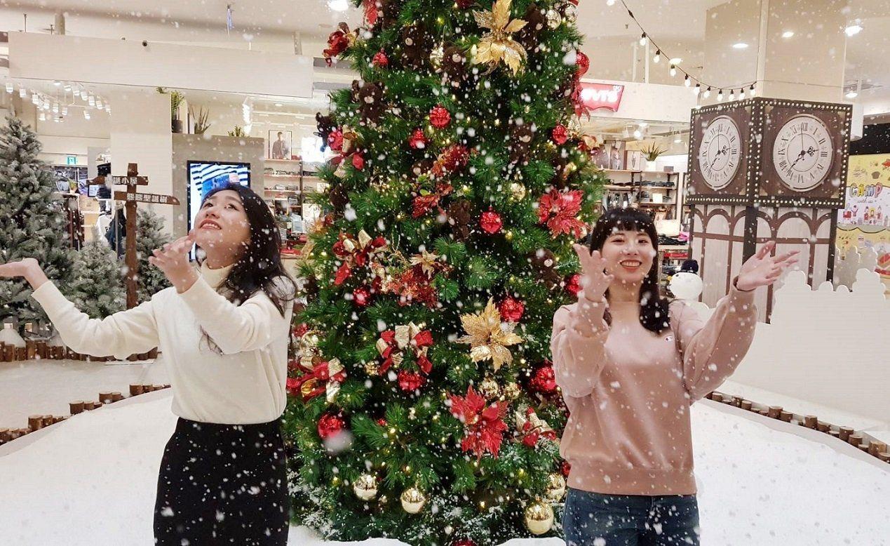 中和環球購物中心「小熊學校耶誕小鎮」,定時每兩小時從高空飄灑落白雪。圖/環球購物...