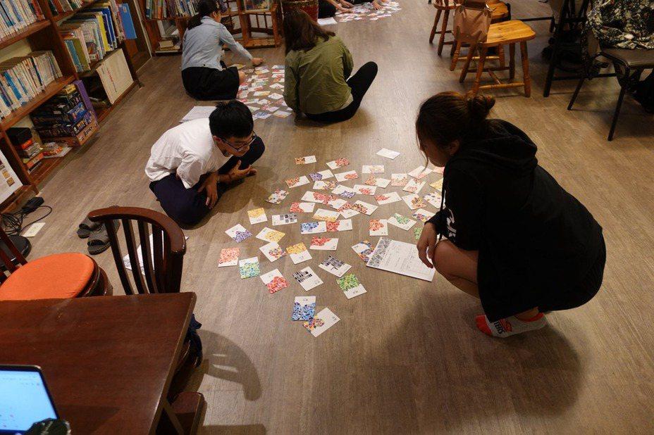 諮商心理師林上能赴陽明大學帶領大學生玩生涯探索牌卡「尋嘗日」。圖/林上能提供