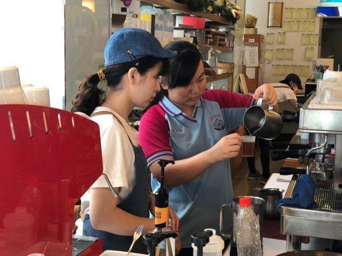 台中市勞工局今年與19家企業合作辦理「身心障礙者營隊職場體驗」方案,搭配企業專人...