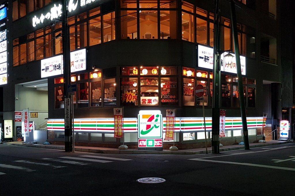 日本部份超商,已經取消24小時的服務。記者陳睿中/攝影