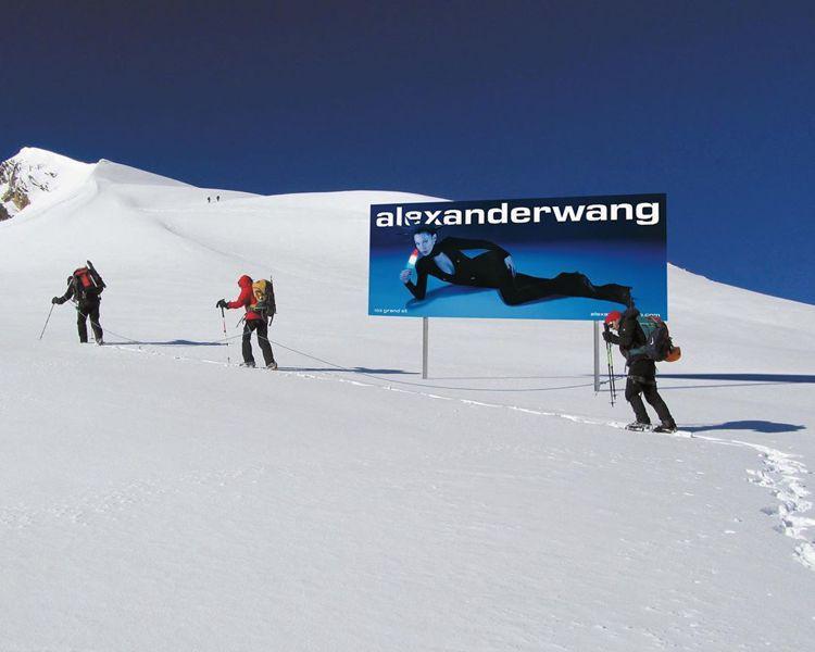 貝拉哈蒂德擔任品牌的Lady Liberty,橫躺阿爾卑斯山。圖/取自IG
