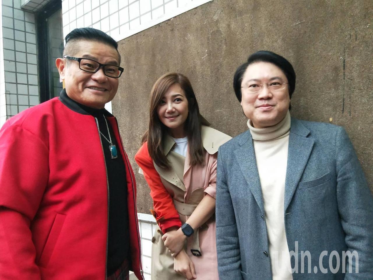 市長林右昌、傑出校友許效舜也都出席,並和梁靜茹合影。記者游明煌/攝影