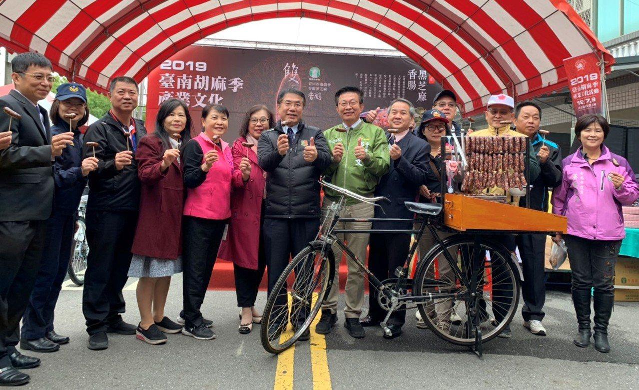 台南市長黃偉哲(中)今天出席西港胡麻節,大力推銷黑芝麻香腸。圖/農業局提供