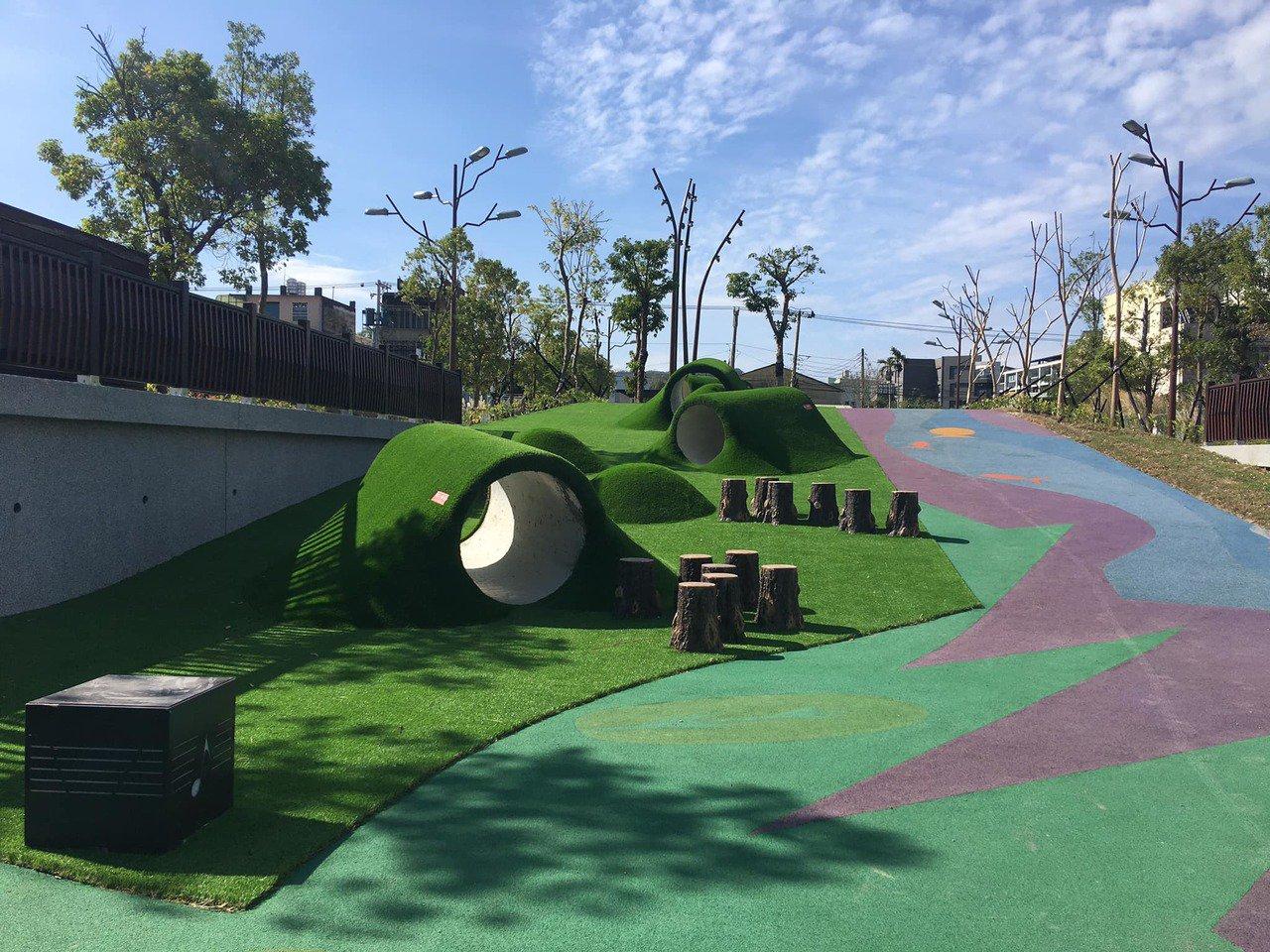 竹東舊台泥特色公園廢物利用,將台泥留下來的舊涵管,改造為可供孩子玩耍的設施。圖/...