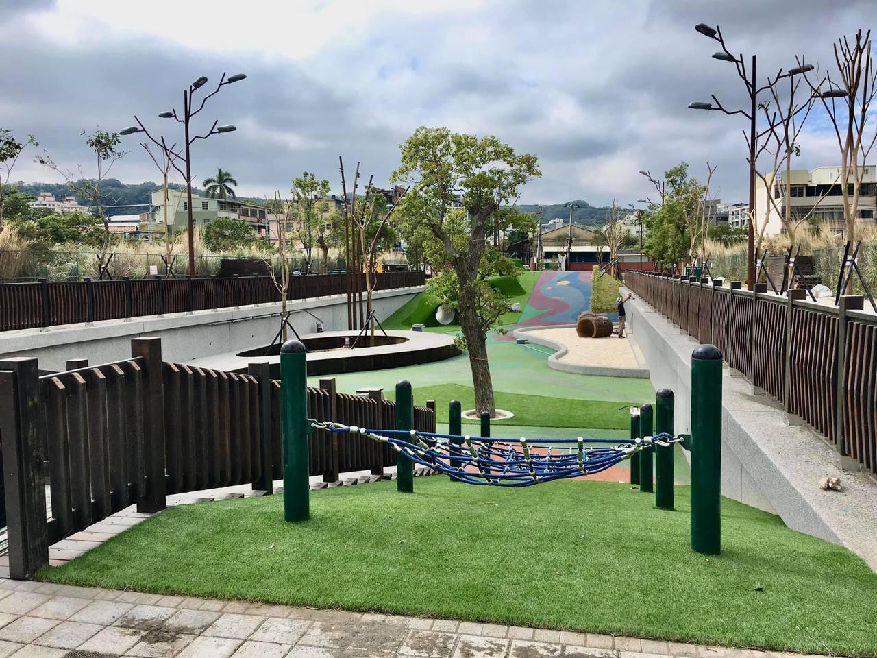 兒童遊憩設施採用共融式設計,拋開罐頭遊具的使用,讓孩子可以在公園盡情訓練手眼協調...