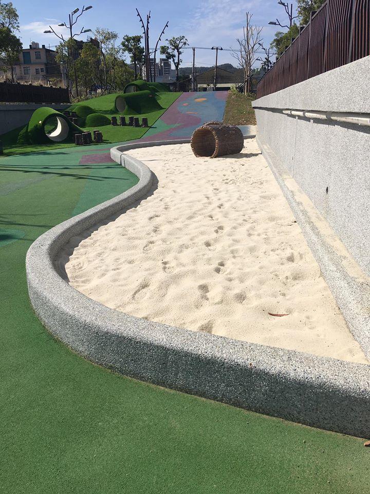 竹東舊台泥特色公園設置了小朋友喜愛的沙坑、溜滑梯。圖/新竹縣政府提供