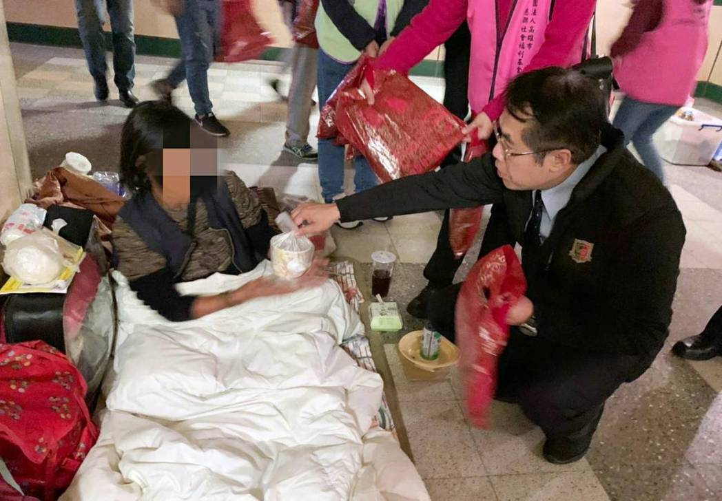 冷氣團發威,台南市長黃偉哲(右)發送熱食給街友。圖/台南市社會局提供