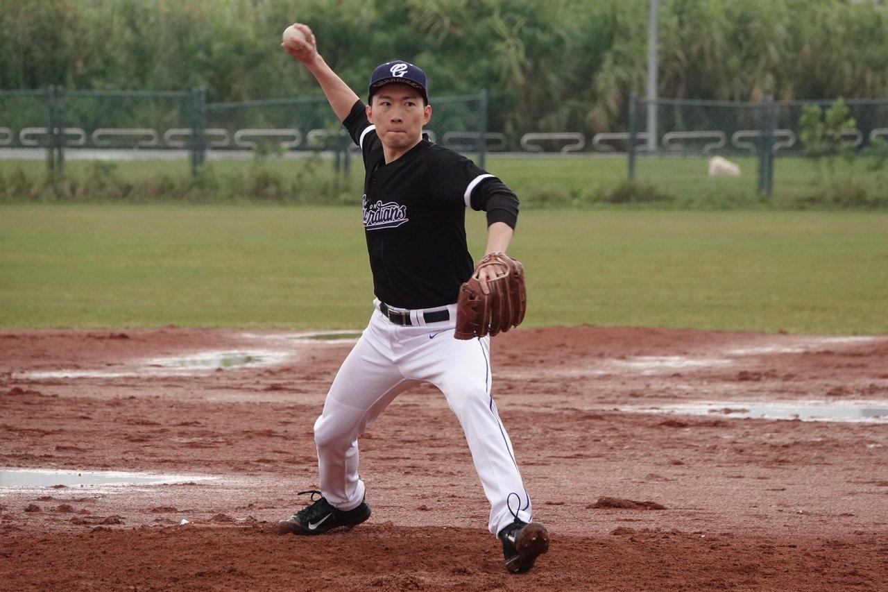 兆豐新聞盃棒球賽,富邦悍將領隊蔡承儒擔任先發投手。記者蘇志畬/攝影