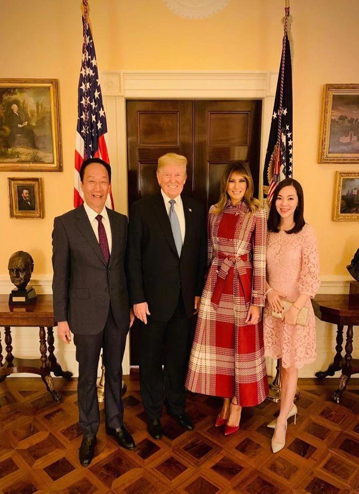 鴻海創辦人郭台銘出訪美國,中午在臉書貼出與美國總統川普合照,與演講過程背後高掛中華民國國旗照片。郭表示,他在2019耶誕假期前在威州與夥伴們共渡佳節派對,會場高高掛起國旗,令人驕傲,他現在代表的是「加油」與「鼓勵」的最強後盾。圖/擷自郭台銘臉書