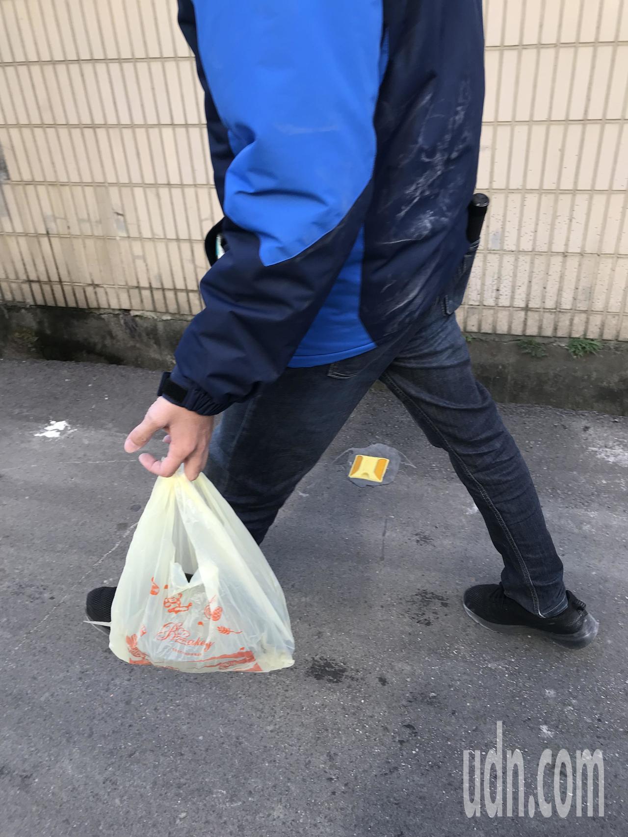 警方查扣水果刀一把與相關證物。記者林佩均/攝影