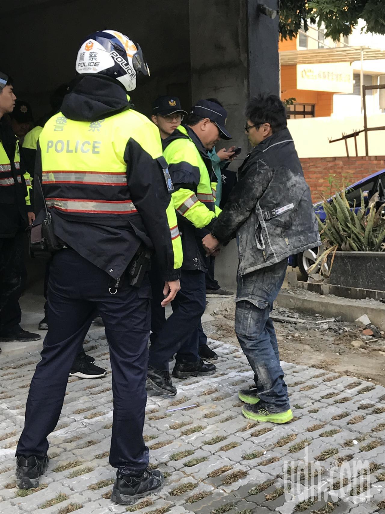 陳男(右)持刀砍傷黃男,遭優勢警力逮捕。記者林佩均/攝影