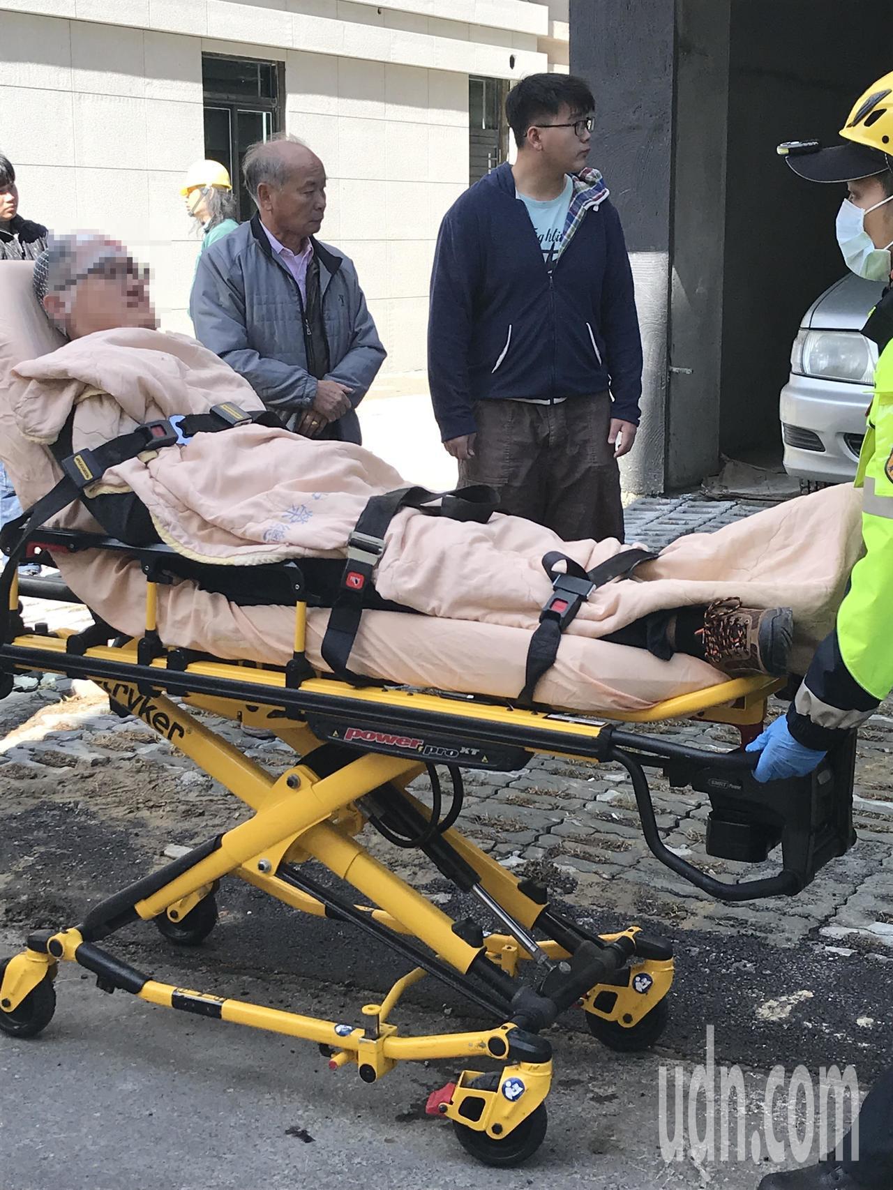 黃男頭部疑遭銳器劃傷,經救護員現場包紮後送醫。記者林佩均/攝影