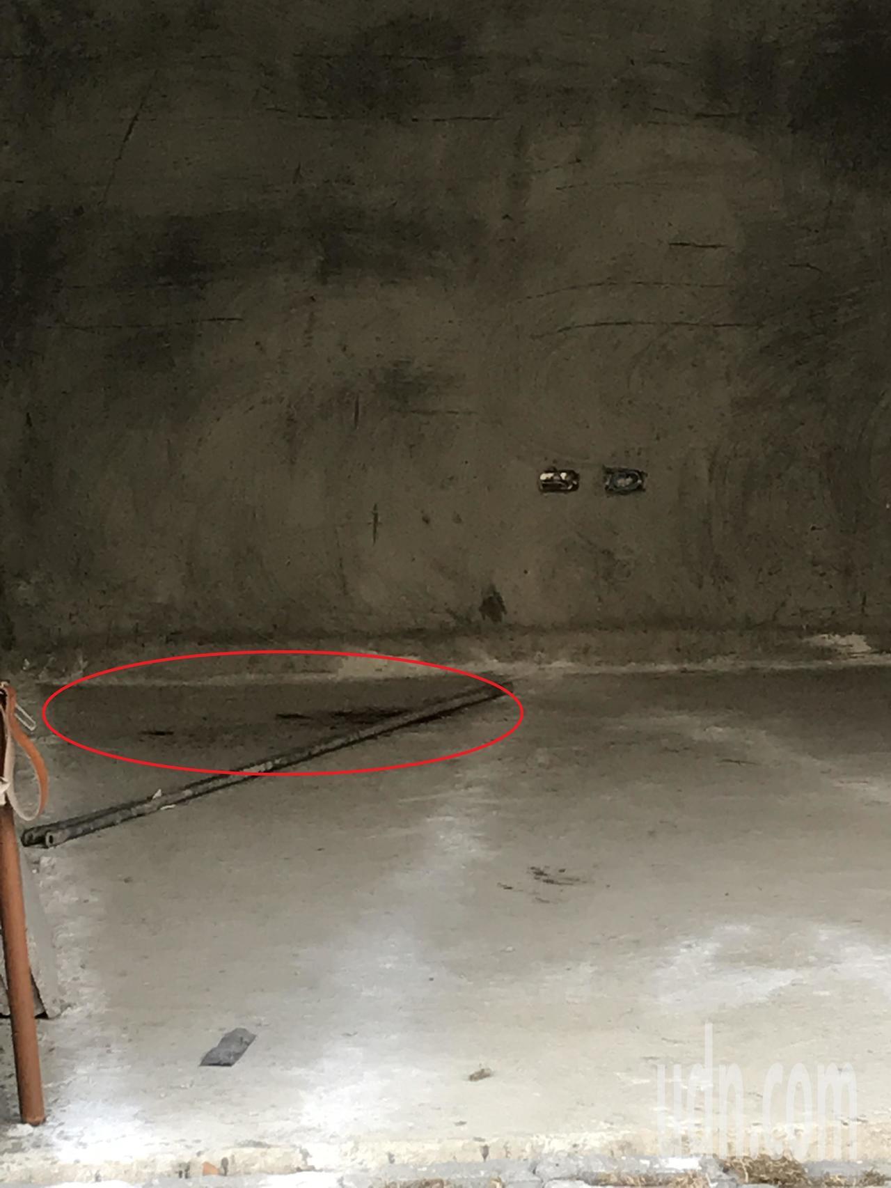 建築工地地面遺留血跡。記者林佩均/攝影