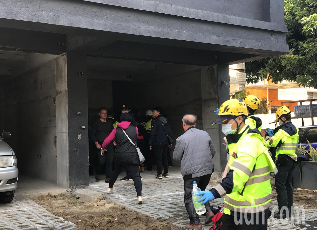 遭銳器劃傷頭部的黃男(左一)在警方保護下順利脫困,黃的家屬心急上前攙扶。記者林佩...