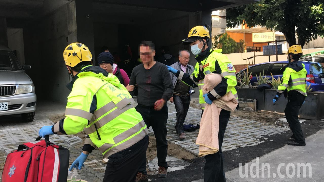 遭銳器劃傷頭部的黃男(左三)在警方保護下順利脫困,黃的家屬在旁相當心急。記者林佩...