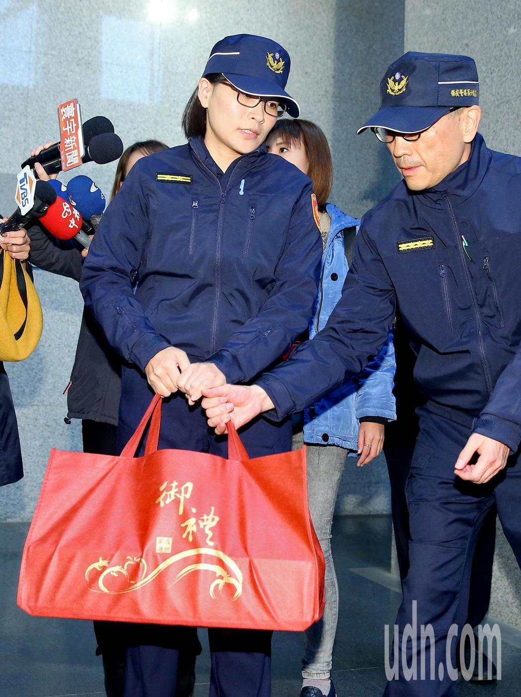保六總隊陳姓女警(左)昨天在外交部執勤時,抗議中險些遭國民黨立委推倒。記者余承翰...
