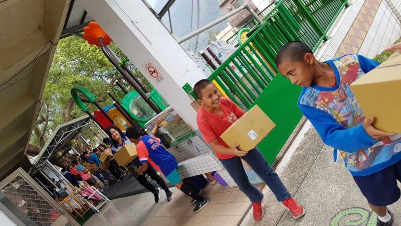 萊爾富以回歸最原始的方式,鎖定偏鄉學校,連續4年於門市發起愛心物資箱的募集活動,並由萊爾富員工自組車隊,親送物資箱至偏鄉學校。  圖/萊爾富提供