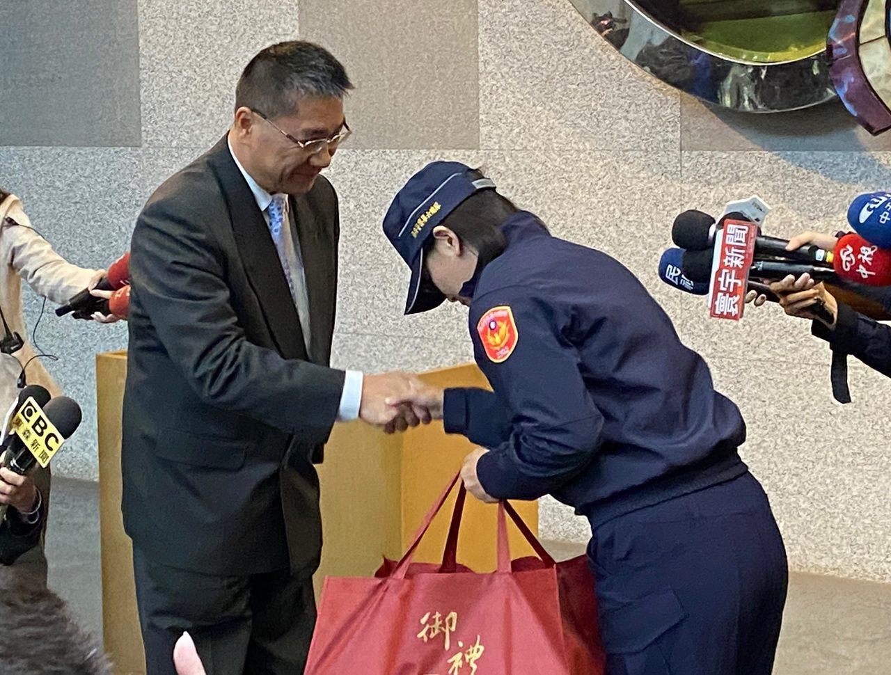 內政部長徐國勇(左)今天下午至保六總隊慰問該陳姓女警。記者蔡晉宇/攝影
