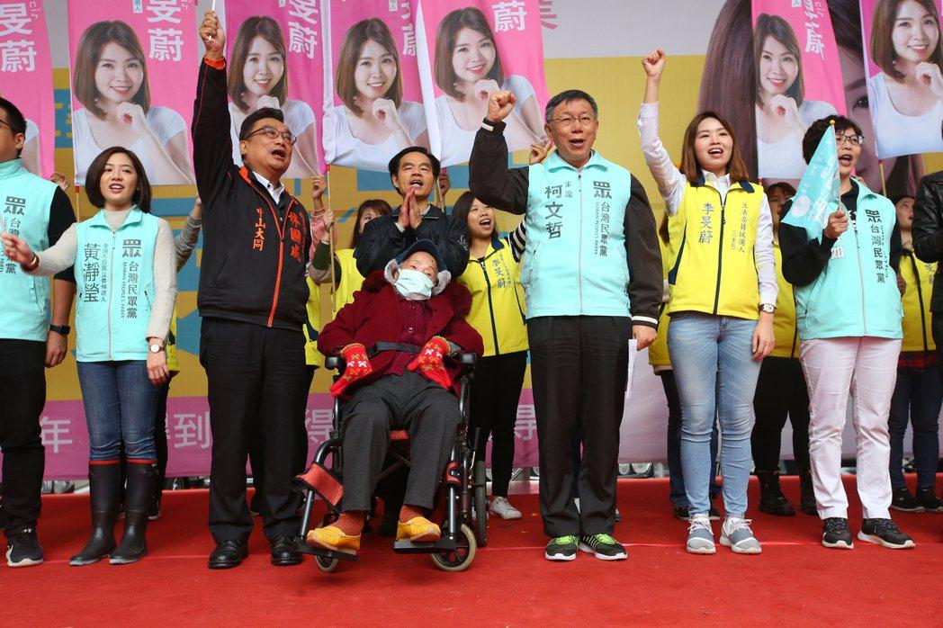 台灣民眾黨黨主席柯文哲(右三)上午出席李旻蔚(右二)競選總部成立,對郭柯合議題,...