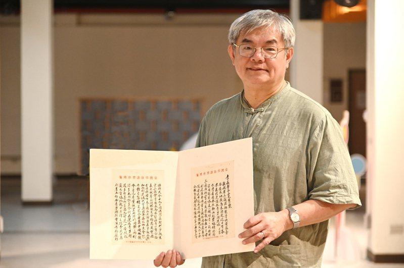 楊儒賓把任教清大30年的薪水都投入文物收藏,今天則將畢生收藏捐贈給清大。圖/清大提供