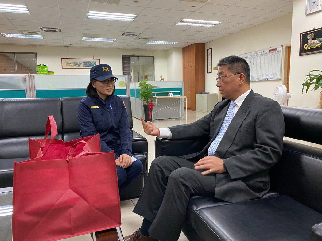 內政部長徐國勇今天下午親自慰問陳姓女警。記者李隆揆/翻攝
