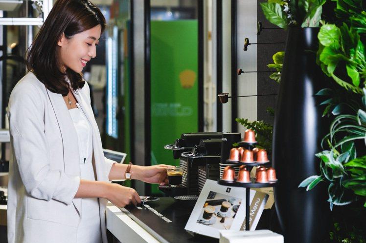 體驗者帶著推薦的咖啡口味膠囊至咖啡吧台區,即可現場品味專屬的Nespresso咖...