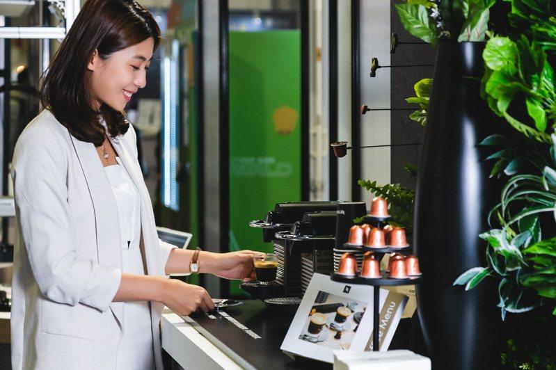 體驗者帶著推薦的咖啡口味膠囊至咖啡吧台區,即可現場品味專屬的Nespresso咖啡,完成解密AI咖啡體驗圖/Nespresso提供