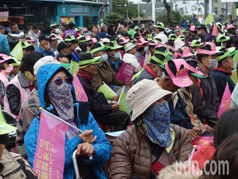 今早屏東地區也一樣氣溫低,不少民眾帶著帽子中罩一樣出現在選舉場子,為參選人賣力揮旗。記者翁禎霞/攝影