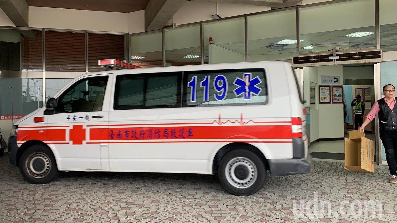 一名受傷員警及嫌犯送麻豆新樓醫院。記者吳淑玲/攝影
