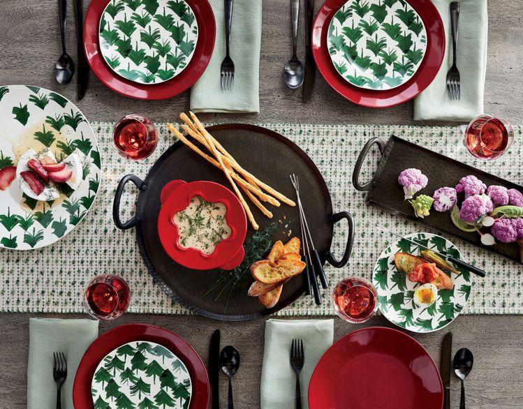 善用紅、綠、白色系交錯混搭,就能輕鬆布置耶誕餐桌。圖/Crate and Bar...