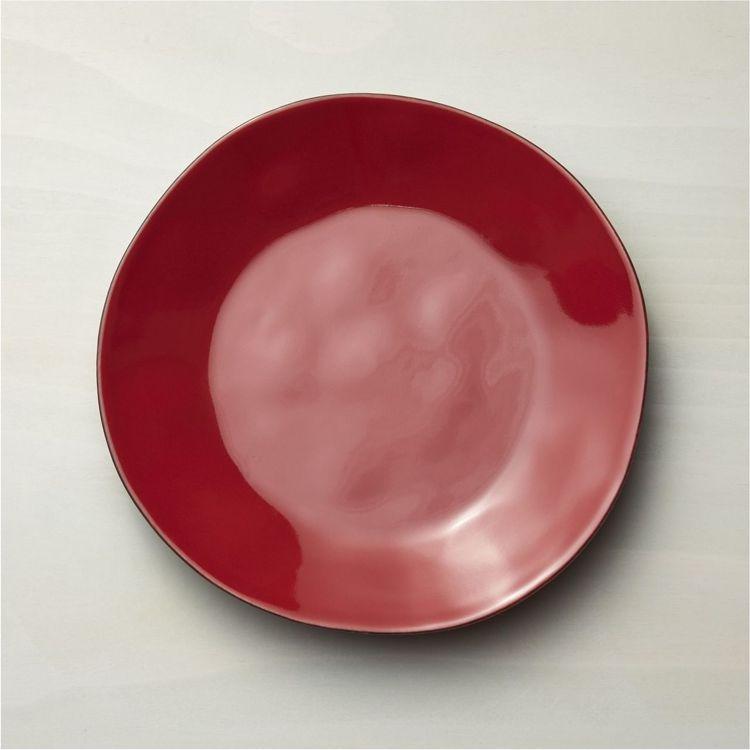 善用紅色系餐盤混搭,可從耶誕節一路用到過年。圖為Crate and Barrel...