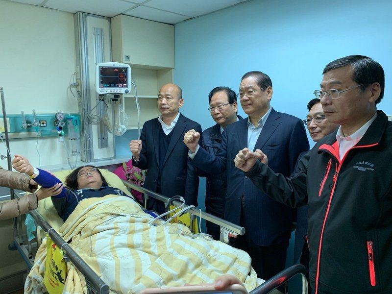 國民黨總統候選人韓國瑜昨天赴醫院探視陳玉珍。圖/國民黨團提供